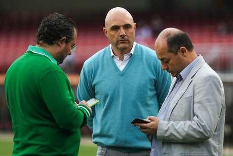 Presidente do Palmeiras Maurício Galiotte, acompanhado do diretor de futebol Alexandre Mattos e do gerente de futebol Cícero Souza
