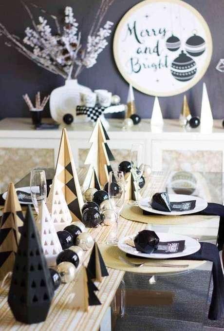 53. Para uma decoração ainda mais moderna, invista em alguns elementos na cor preta para a sua mesa de natal decorada – Foto: Pinterest