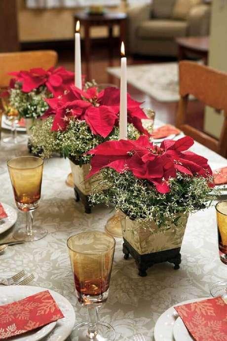 55. Modelo simples de arranjos de natal com velas e flores vermelhas – Foto: Danielle Morgan