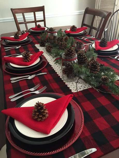 56. Mesa de natal simples decorada com pinhas e tolha xadrez – Foto: Pinterest