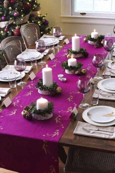 57. Invista em cores diferentes para a decoração da sua ceia com arranjos de mesa de natal – Foto: The Holk