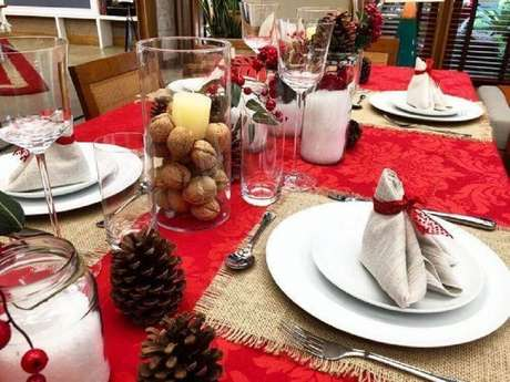58. Decoração para mesa de natal com arranjos de natal com velas e nozes – Foto: Lar Doce Casa