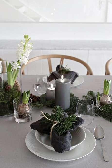 59. Os arranjos de natal com velas cinzas deu um toque bem moderno a mesa de natal – Foto: Sweet Harmonie