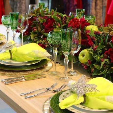61. Frutas também podem fazer parte dos arranjos de mesa de natal – Foto: Nathaly Petruceli