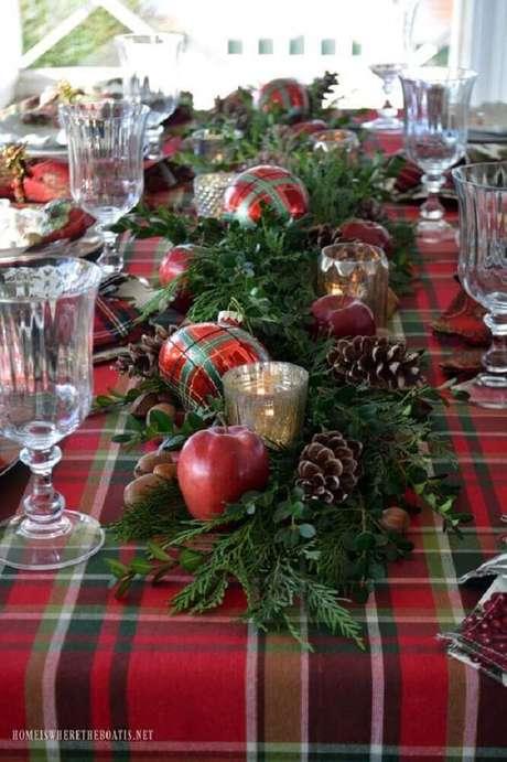 62. Os arranjos de natal mais clássicos sempre possuem bolas, pinhas e ramos de plantas – Foto: Pinterest