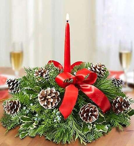 63. Lindo modelo de arranjo de natal com vela, ramos de plantas e pequenas pinhas – Foto: Hope Grows