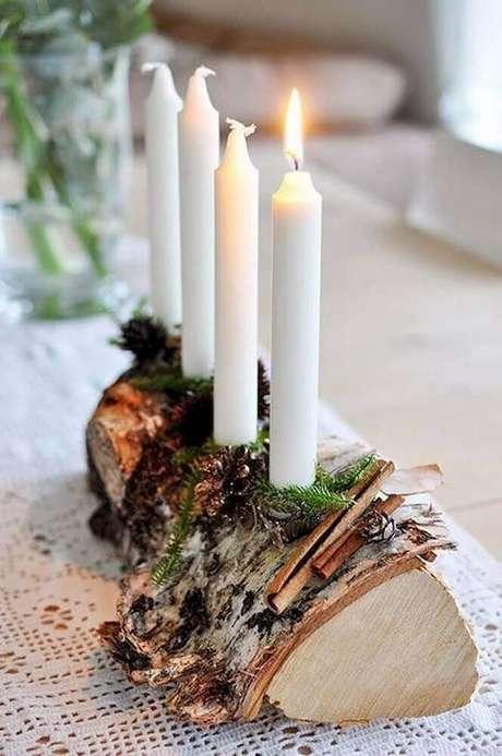 65. Invista em um suporte de madeira de demolição para os seus arranjos de natal com velas – Foto: Klicit