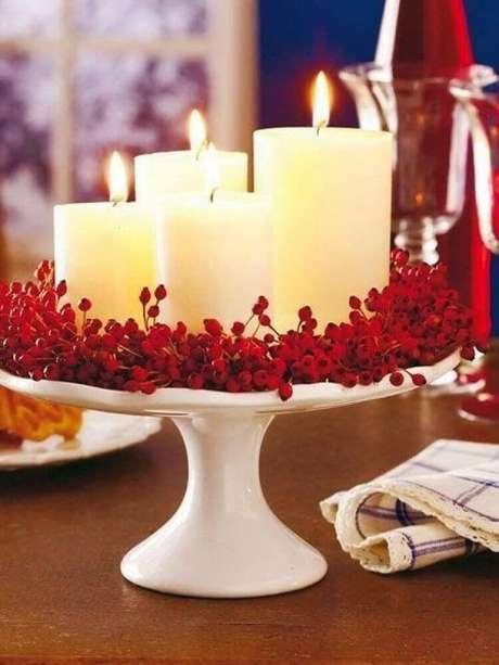 66. Um simples suporte de bolo já pode servir como base para os seus arranjos de natal com velas – Foto: Loris Decoration