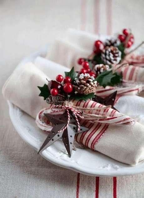 67. É importante pensar em todos os detalhes da decoração da mesa de natal, por isso, também invista em arranjos para enfeitar os guardanapos – Foto: Domoplius.lt