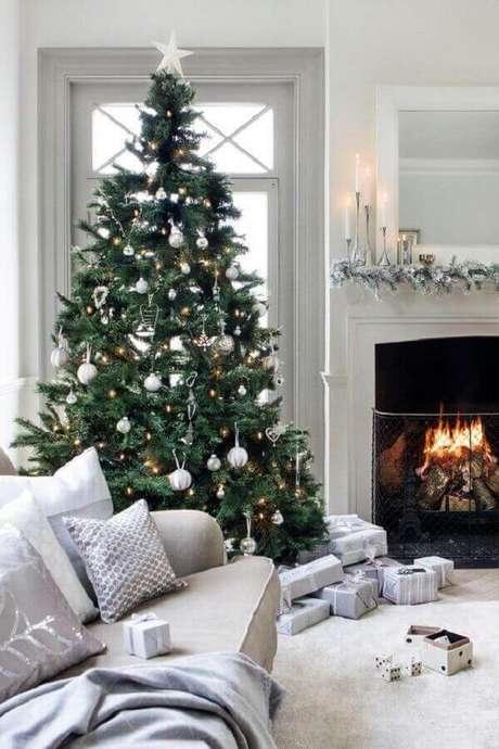 26- A cor dos enfeites do pinheiro de natal combina com os estofados e almofadas do ambiente. Fonte: Home Sweet Home