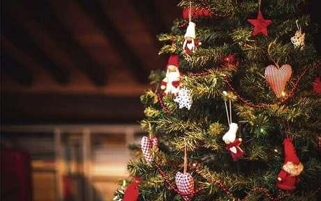 27- No pinheiro de natal os enfeites foram feitos de tecido. Fonte: Revide