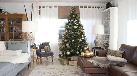 40- O pinheiro de natal é um tradicional enfeite das festas de fim de ano. Fonte: Buyer Select