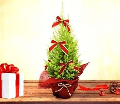 6- Esse tamanho de pinheiro de natal decorado com fitas é ideal para espaços pequenos. Fonte: Blog Giuliana Flores
