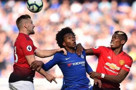 Muita luta e bom futebol marcaram o clássico neste sábado (Foto: GLYN KIRK / AFP)