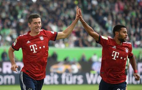 Lewandowski comemora gol com Serge Gnabry