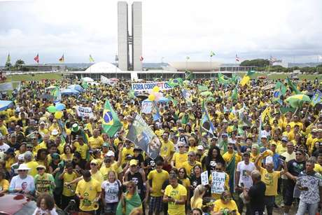 Protestos a favor de Bolsonaro e contra a volta do PT ao governo em frente ao Congresso Nacional
