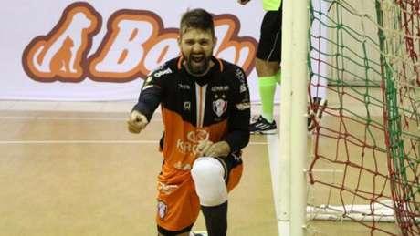 Willian foi o destaque da partida e garantiu a classificação do Joinville (Foto: Divulgação)