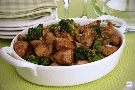 Frango com brócolis e pimentão