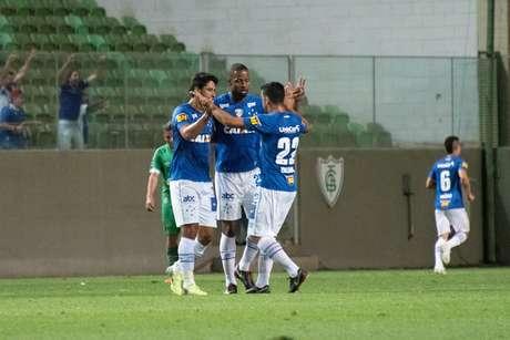 O uruguaio De Arrascaeta, jogador do Cruzeiro, comemora seu gol durante partida contra a Chapecoense, válida pela trigésima rodada do Campeonato Brasileiro 2018.