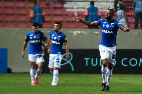 Dedé, jogador do Cruzeiro, comemora seu gol durante partida contra a Chapecoense, válida pela trigésima rodada do Campeonato Brasileiro 2018.