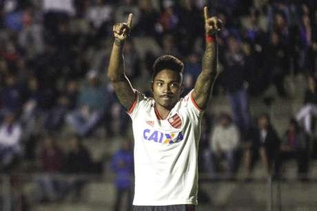 Vitinho, jogador do Flamengo, comemora seu gol durante partida contra o Parana Clube, válida pela trigésima rodada do Campeonato Brasileiro 2018