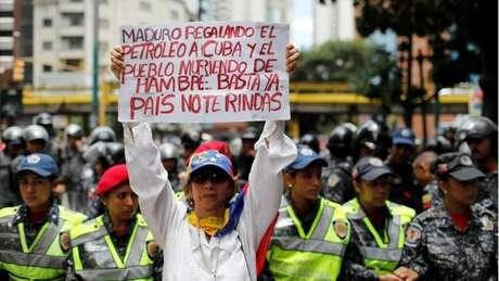 Em Caracas, manifestante da oposição culpa o presidente Maduro por ajudar países aliados enquanto os venezuelanos morrem de fome