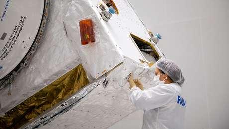 Camadas de isolamento térmido são aplicadas à mão