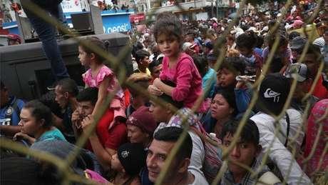 A caravana tem centenas de idosos e crianças tentando chegar aos EUA