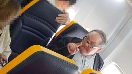 Insultos de passageiro contra idosa negra foram registrados em vídeo por outras pessoas a bordo da aeronave