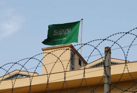 Bandeira da Arábia Saudita no consulado do país em Istambul 22/10/2018 REUTERS/Murad Sezer