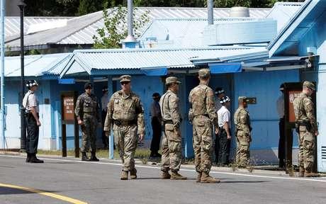 Soldados da Coreia do Sul e dos EUA no vilarejo de Panmunjom, na zona desmilitarizada, na Coreia do Sul 7/9/2018 Ahn Young-joon/Pool via REUTERS