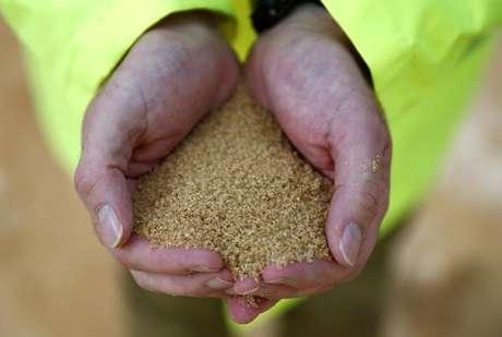 Pessoa segura açúcar bruto 10/10/2016 REUTERS/Peter Nicholls