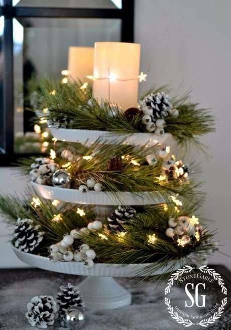 11. Lindo arranjo natalino decorado com pinhas, ramos de plantas e luzes de natal – Foto: HomeDecorish