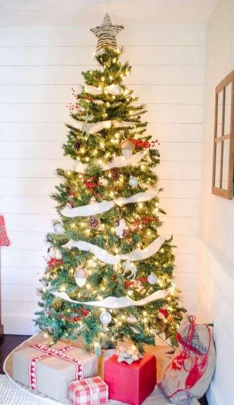 13. Uma árvore de natal clássica, pede luzes de natal que tenham tonalidade amarelada – Foto: Nina Hendrick Design Co.