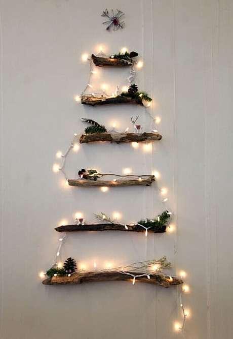 15. Decoração rústica com galhos secos e luzes de natal – Foto: Home Idea