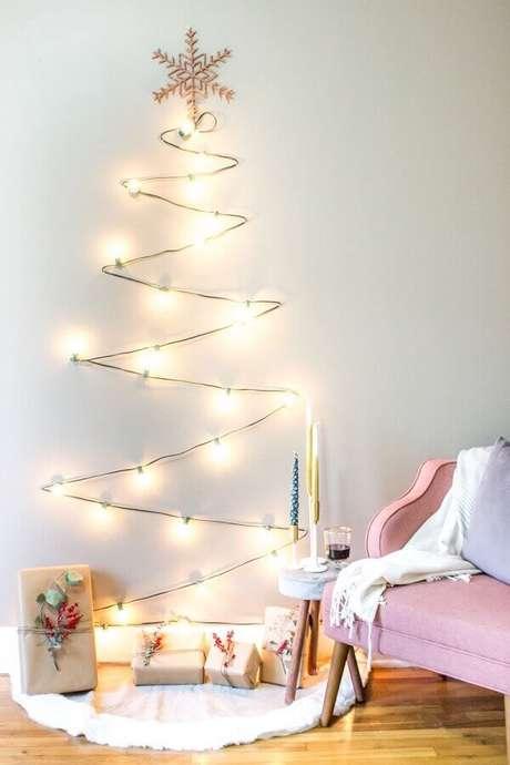 16. Árvore feita com luzes de natal para decoração minimalista – Foto: Pinterest