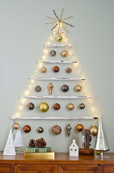 17. Modelo de árvore de natal simples, feita com pisca-pisca, bolas e canos pintados de branco – Foto: Casa&Diseño