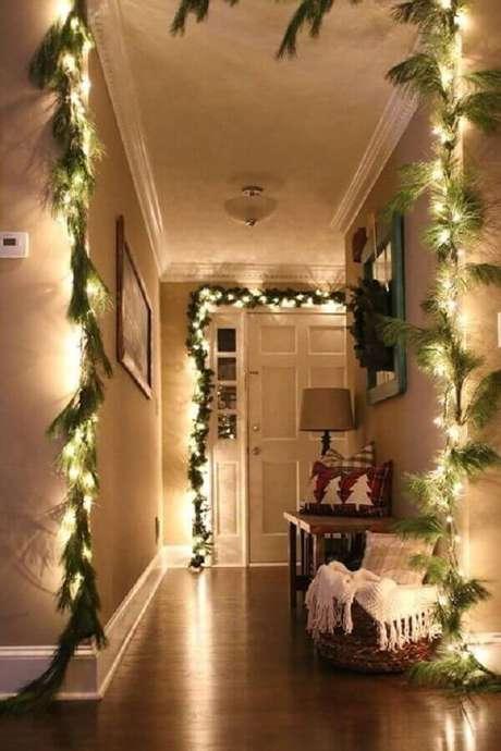 18. Que tal decorar a casa toda com luzes de natal e ramos de plantas? Fica um charme – Foto: Pinterest