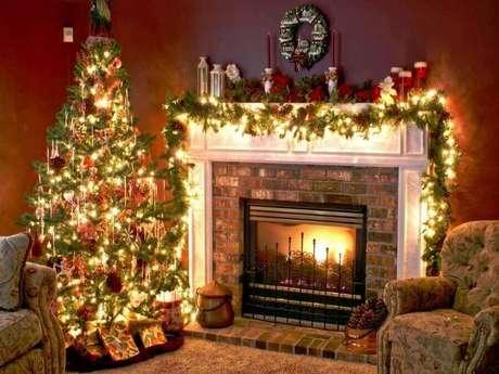 8. Decoração clássica com luzes de natal amarelas para sala decorada – Foto: Home decor ideas