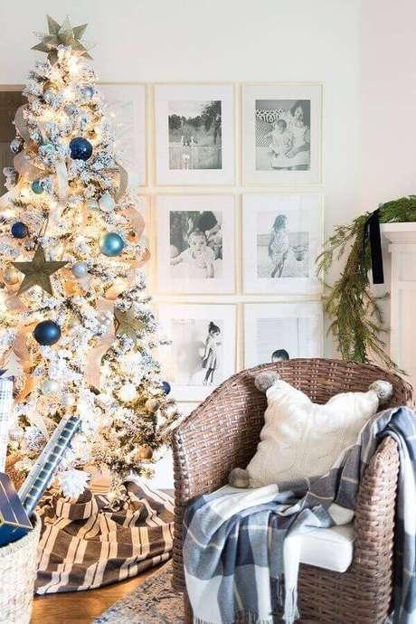 7. Decoração clean com árvore de natal branca com bolas azuis – Foto: Pinterest