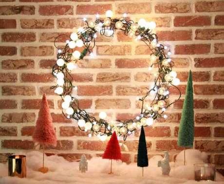 19. As luzes de natal podem se transformar em uma guirlanda para um estilo de decoração rústica – Foto: Fábrica9