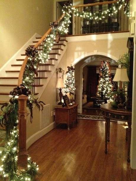 21. Decoração com luzes de natal para escada de madeira – Foto: IdeaDesignCasa