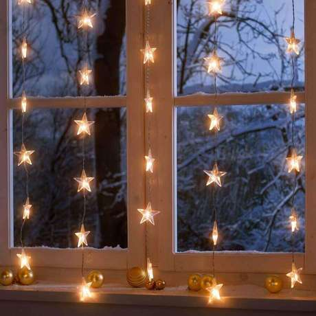 5. Decoração para janela com luzes de natal em formato de estrelas – Foto SoLebIch