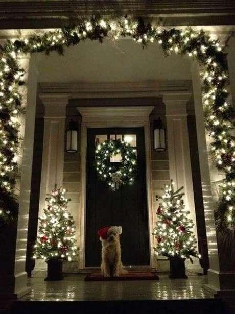 3. Ideia de decoração com luzes de natal para área externa – Foto: Ceosa