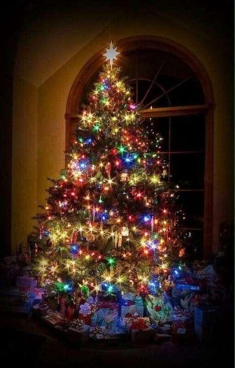 22. As luzes de natal coloridas são perfeitas para quem busca irreverencia na decoração natalina – Foto: Homebase Decorating