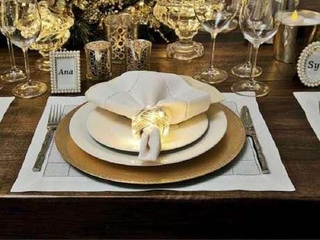 23. As luzinhas de natal também podem decorar a sua mesa de ceia de natal – Foto: In and Out Decor