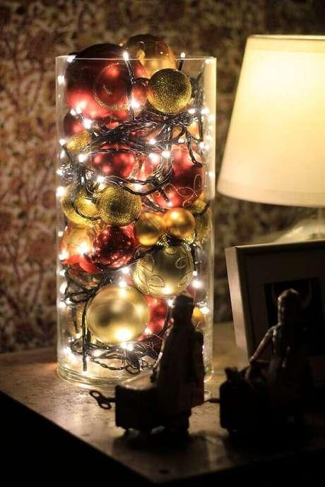 25. Pote de vidro decorado com bolas de natal e luzinhas natalinas – Foto: Wholly Mamma Oasis