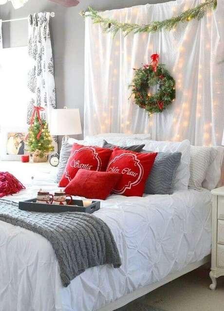 26. As luzinhas de natal também podem ser usadas para levar o clima natalino para o quarto decorado – Foto: Pinterest
