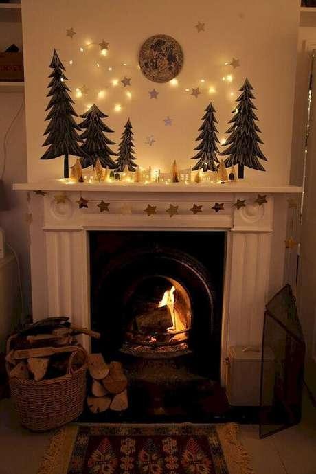 28. Decoração simples com luzes de natal e estrelas douradas – Foto: Fireplace Ideas