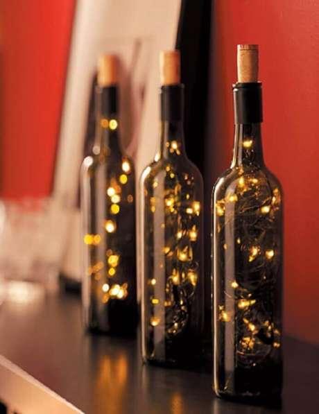 30. Ideia de garrafas decoradas com luzinhas de natal – Foto: The Holk
